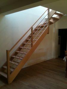 Gamme essentiel, escalier hevea sans contre marche, avec rampe inox